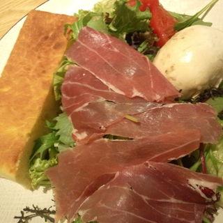 本日のモッツァレラとパルマ産プロシュットのサラダ(オービカ モッツァレラバー 横浜店 )