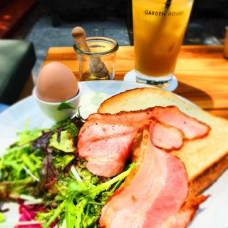 トーストセット(パラダイスアレイの山食パン、半熟ゆで卵、グリーンサラダ、ベーコン)(ガーデンハウス レストラン )