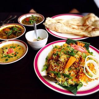 チキンビリヤニと3種類から選べるカレーセット(ナン)(カーンケバブビリヤニ (Khan kebab biryani))
