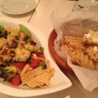 コブサラダとチリソースとサワークリームのポテト(カフェ カツオ 町田店)