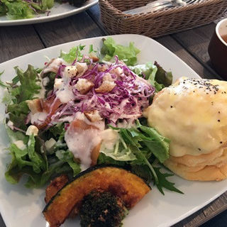 スモークサーモンとクリームチーズサラダプレート(カフェブルー マルヤマクラス店 (Cafe Blue))