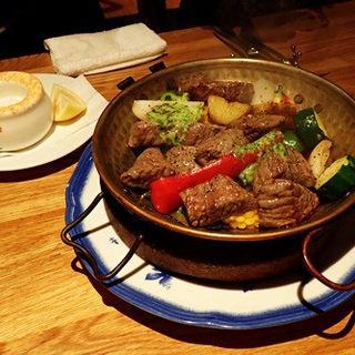 アンガス肉と月桂樹季節野菜のカタプラーナ(カラヴェーラ )