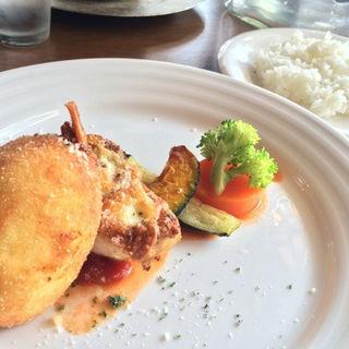 エビクリームコロッケとチキンのチーズ焼き(キッチン&バー グー)