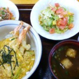 ランチ(エビ天とじ丼・グランマサラダ・人参と春雨の炒め・味噌汁・デザート)(キッチンもも)