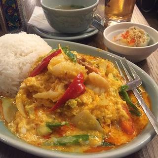 タレーパッポンカリー 具沢山海鮮のふわふわ卵とじカレー(クルン サイアム (Krung Siam))