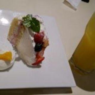 ベリーチーズティラミスドリンク付きのケーキセット(ゴールデンチャイルドカフェ (Golden child cafe))