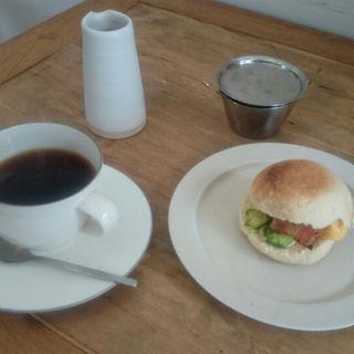 ベーコンとだしまき卵サンド+ホットコーヒー(たべものと日用品WAO (タベモノトニチヨウヒン ワオ))