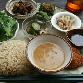 玄米ご飯と惣菜プレート(トモリcafe )