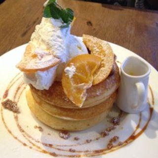 オレンジコンフィチュールとキャラメルクリームのパンケーキ(カフェ&ブックス ビブリオテーク 東京・有楽町 (café & books bibliotheque))