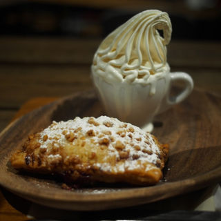 クリームチーズ&チェリーパイにクレミアのセット(ザ デック コーヒー&パイ (THE DECK COFFEE&PIE))