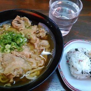 Aセット(肉うどんとおにぎり1皿)(ささめ)
