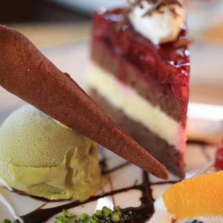 シュバルツバルダー・キルシュトルテ(黒い森のチェリーケーキ)・ピスタチオのアイスクリーム添え(シュバルツバルト )
