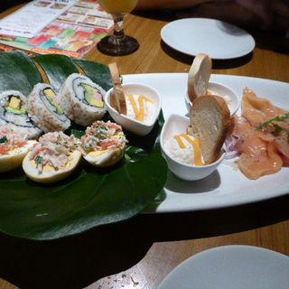 スパム・アボカドのロール寿司、サーモンカルパッチョ、ロミロミサーモン、ポテトサラダ(ティキティキ 横浜店 (TIKI TIKI))