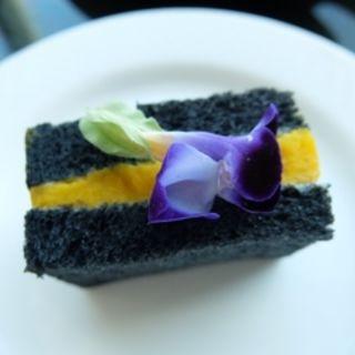 竹炭ブレッドとパンプキンサラダのサンドウィッチ(中国料理 「チャイナブルー」 コンラッド東京 )
