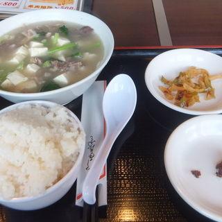 羊肉のスープ定食(トウホクコウヤンテイ (東北烤羊腿))