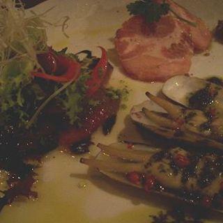 軽くスモークした宮崎産初カツオのカルパッチョ・大分産黒豚肩ロースの自家製ボイルハムあげまき貝のオーブン焼きジェノバ風の前菜3種盛り合わせ