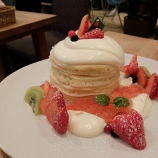 ジャージークリームと苺のクリスマスパンケーキ(パンケーキママカフェ VoiVoi (ヴォイヴォイ))