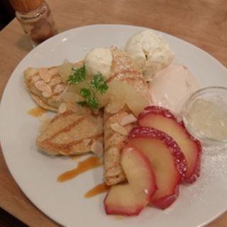 ハニーアップルミルクティクリームのライ麦パンケーキ(パンケーキママカフェ VoiVoi (ヴォイヴォイ))