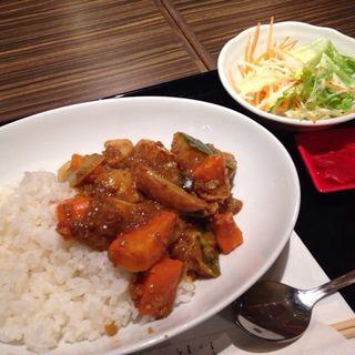 牛すじ煮込みのカレー+季節の野菜(はんぶんこ 琴似店)