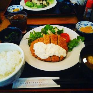 鮪カツタルタルソース掛け定食(ビア・チムニー)