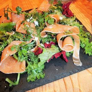 自家製スモークサーモンのルイベとフェッタチーズのサラダ(ビストロ ミヤマス (Bistro ミヤマス))