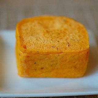 自家製のトマトとハーブのパン