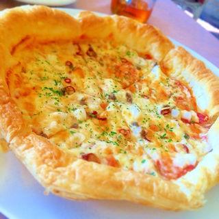 アンチョビとサラミのピザ
