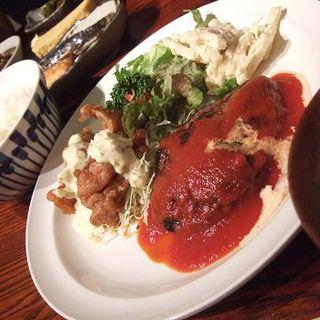 ハンバーグステーキ(トマトソース)&チキン南蛮定食(ボンバーキッチン )