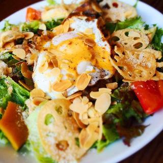 グリルチキンとフライドエッグのコブサラダ(マディソン ニューヨーク キッチン (MADISONNEW YORK KITCHEN))