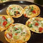 タコと枝豆の餃子皮のピザ