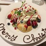 ホワイトチョコとベリーのクリスマスパンケーキ
