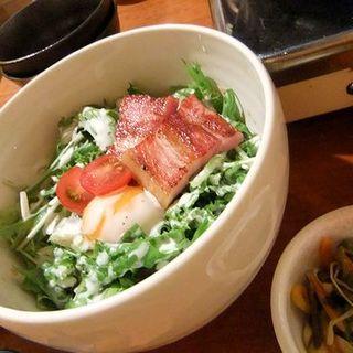 厚切りベーコン温玉サラダ(もつダイニング BOKUNOSORA)
