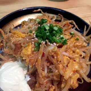 ホルモンとキムチのピリ辛卵炒め(もつ鍋 PLay)