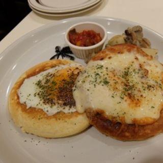 ベーコンエッグ&チーズのパンケーキプレート(モロコバー )
