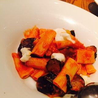 たっぷり揚げ茄子とボッコンチーニのトマトソース(リゴレット・ワインアンドバー)