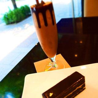 オペラ+アイスチョコレートドリンク(リンツショコラカフェ銀座店)
