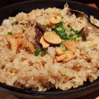 牛すじ鉄板ガーリックライス(ワイン食堂 寓 銀座店 )