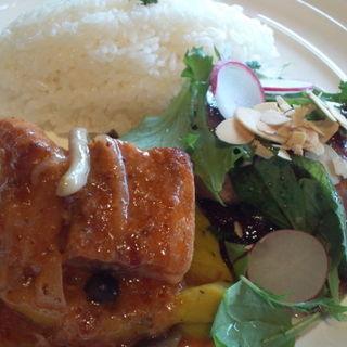 ホエー豚のトマトマスタード煮 サーモンローストのサラダ添え 赤ワインビネガーソース(上野 精養軒 カフェラン ランドーレ (Caferant Le Landaulet))