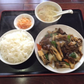牛肉と舞茸オイスターソース炒め(中国家常料理 新洪記)