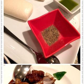 フカヒレ肉の黒酢酢豚 蒸しパン添え(中国料理三楽)