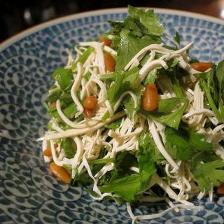 押し豆腐とコリアンダーのあっさり胡麻油和え  ◆香菜拌干絲◆(中華香彩JASMINE)