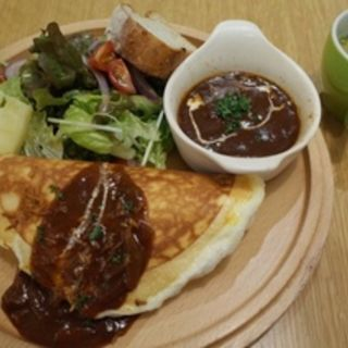 牛ほほ肉のビーフシチューオムレツとじゃがいものグラタン付きサラダ(信州 ルミネエスト新宿店 )