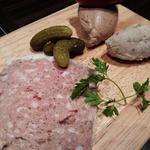 田舎風パテ豚肉のリエットとフォアグラのムースカシスソルベの酸味と。