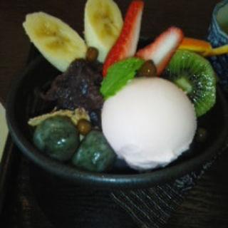 桜アイスとよもぎ白玉のあんみつ豆(勝川カフェmon (モン))