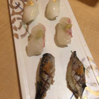 炙りイワシ、活鯛、黄金イカの3貫(博多寿司処 尾之上)
