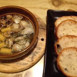 カキと稚貝のアヒージョ(呑食里 (ドングリ))