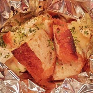 バケットとモッツァレラチーズのホイル焼き