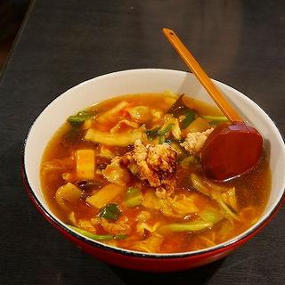 前菜ですね~蒸しどりと中華くらげ。卵スープ、ちょっと一口頂いて~なかなかいい出汁がでてますね。エビマヨとサラダ。蒸し物、三種類も~~酢豚、これも一摘み。甘酢の塩梅がいいですね。エビチリ、麻婆豆腐。山椒が効いてますよ。最後が、あんかけやきそば。これでプチコースなんかね~~(喰龍)