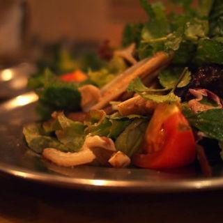 お肉とパクチーたっぷり 煮ジルサラダ(大衆ビストロ煮ジル 五反田店 (タイシュウビストロニジル))