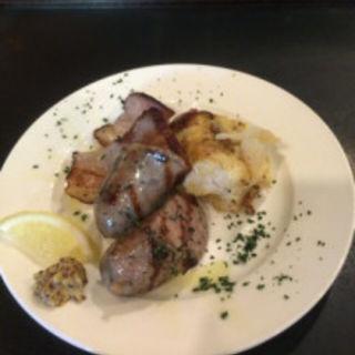 糸島豚の手作りソーセージ、焼きポテサラ、手作りベーコンの炙りの3種盛り(大衆鉄板めし べべ)